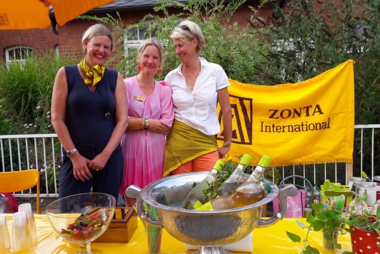 3 gutgelaunte Zontians beim Straßenflohmarkt