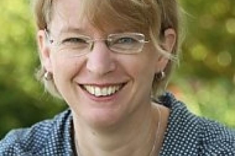 Dr. phil. Petra Holz studierte in Marburg Geschichte und Politikwissenschaften.