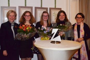 Flankiert von der Präsidentin H. v. Trotha und Jury-Mitglied Z Jana Jantzen: die Teilnehmerinnen